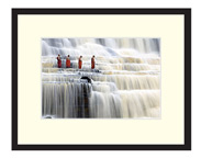 cadeaux - Monks in waterfall